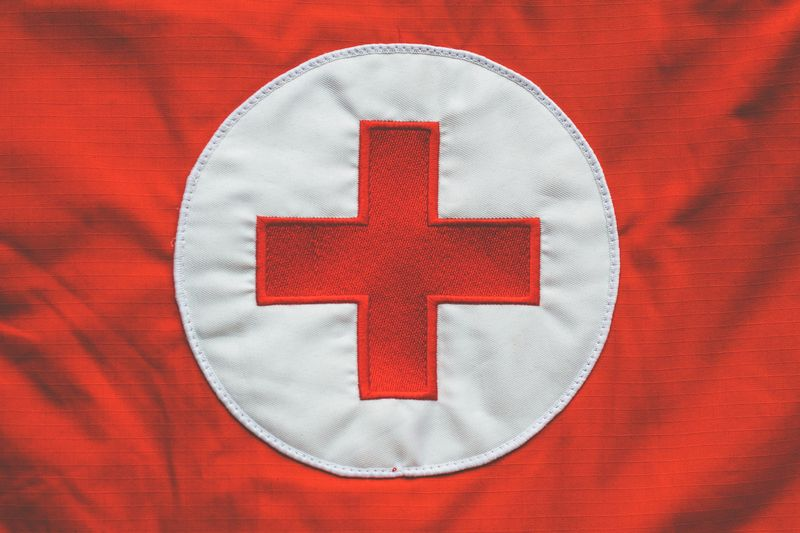 Czerwony krzyż na biało-czerwonym materiale