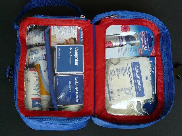 Otwarta torba ze sprzętem medycznym