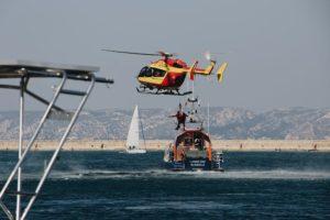 Śmigłowiec przeprowadzający akcję ratunkową na wodzie