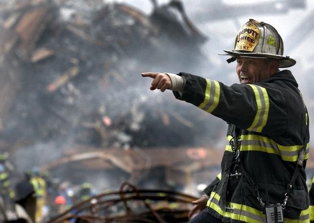 Strażak podczas akcji gaśniczej