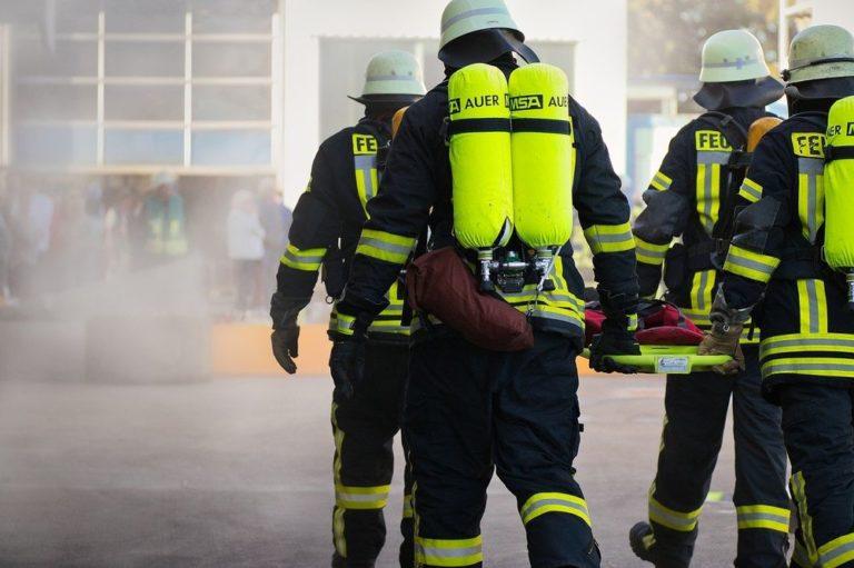 Strażacy niosący deskę ratowniczą